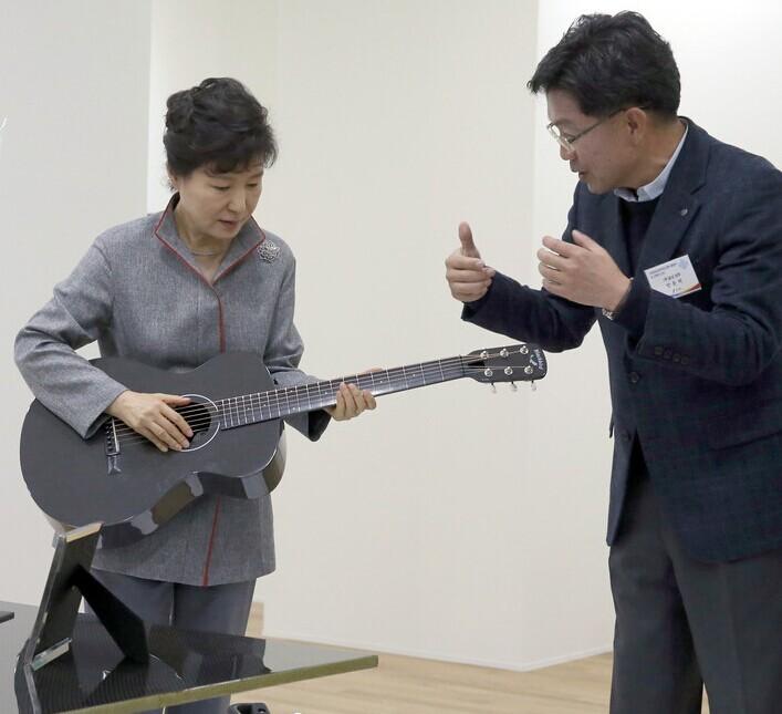 韩国总统视察时亲弹吉他